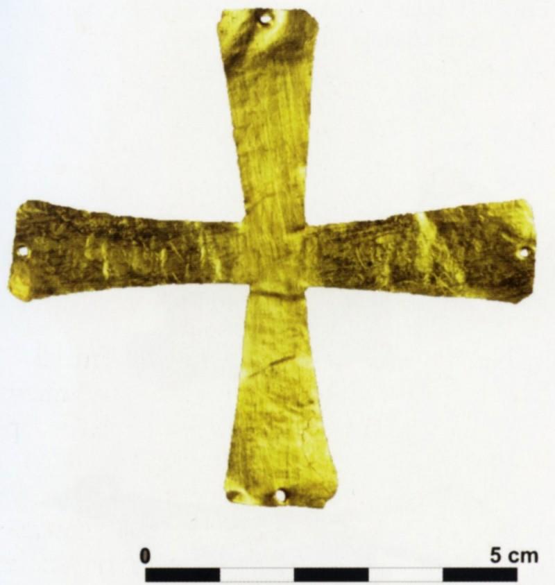 croce aurea di metà VII secolo, trovata nella tomba 167, scavi di San Pietro in mavinas