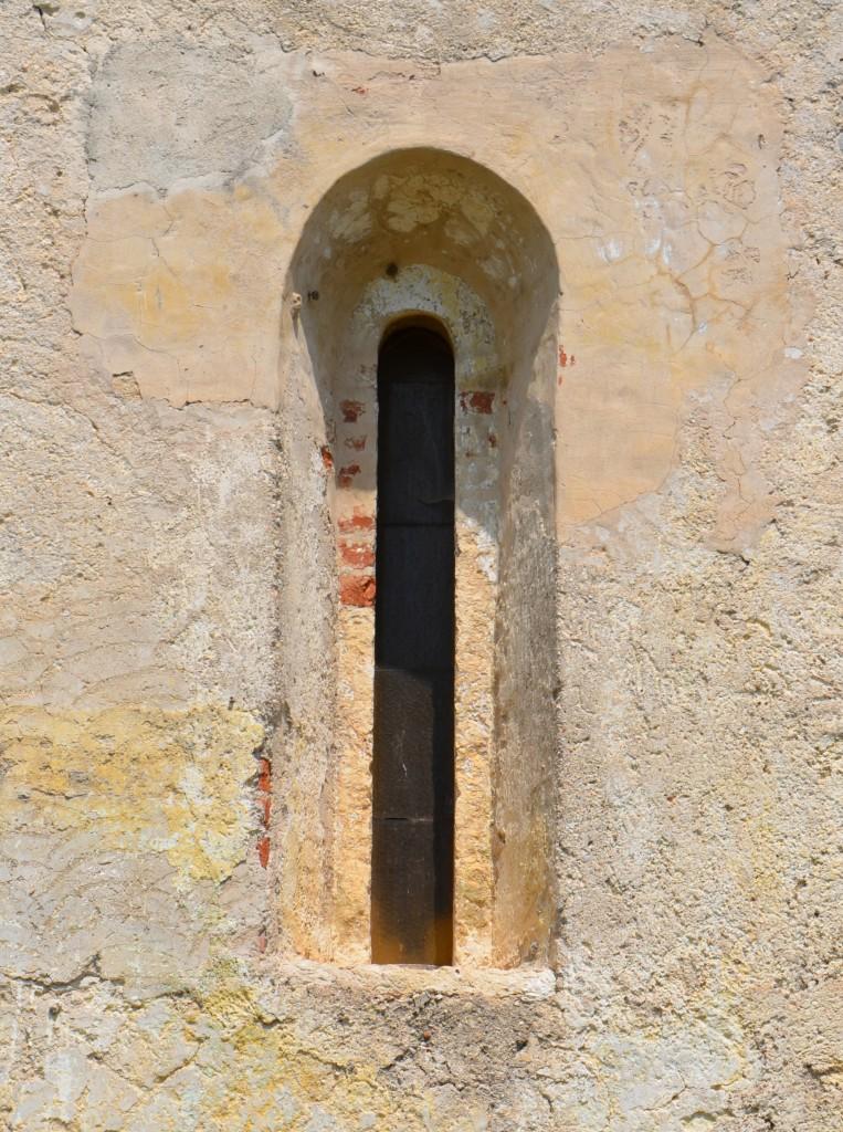 03i--Chiesa-di-San-Donino-di-Rivoltella,-monofora-nel-perimetrale-sud.
