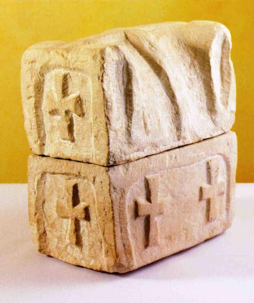 16n---Tignale,-chiesa-di-San-Pietro,-reliquiario-in-forma-di-sarcofago.